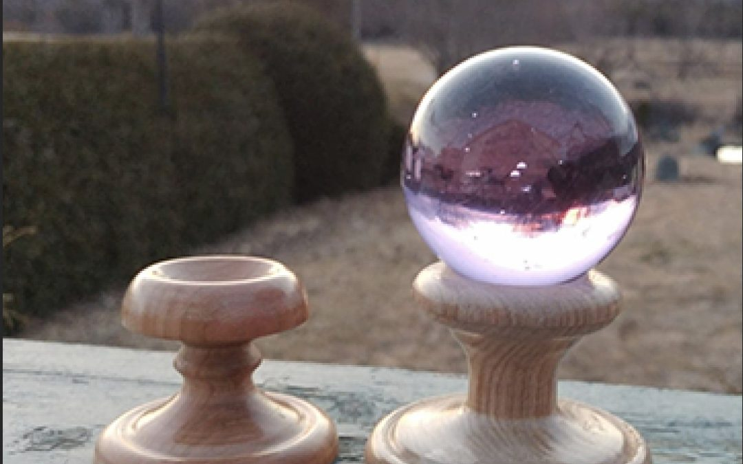 une photo de boule de cristal qui reflète notre maison